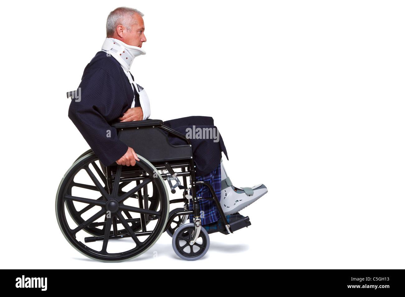 Foto von einem verletzten Mann drängen sich entlang in seinem Rollstuhl, isoliert auf einem weißen Hintergrund. Stockbild