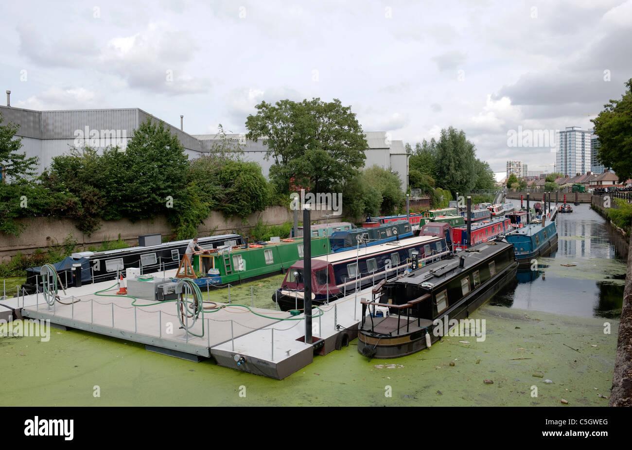 Schmale Boote ankern in drei Mühlen Wand River, Bromley-durch-Bow London Stockbild