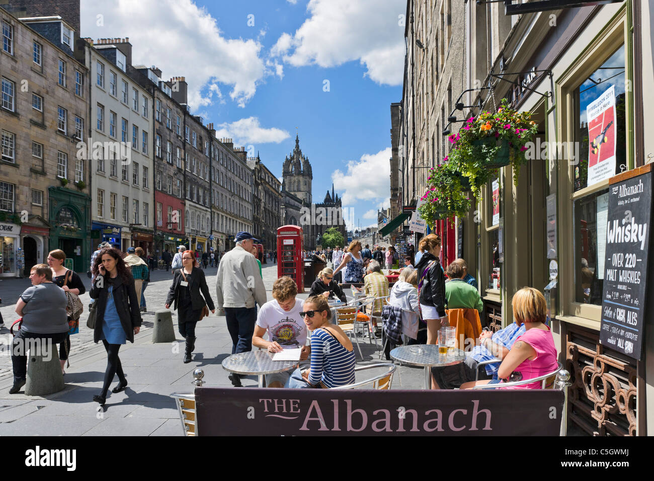 Bürgersteig-Restaurant/Bar auf High Street, The Royal Mile, Edinburgh, Scotland, UK Stockbild