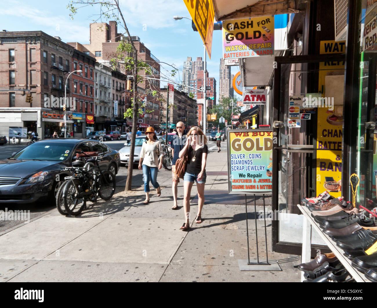 Fußgänger pass im Erdgeschoss Geschäfte im alten Gesetz Mietshäusern ...