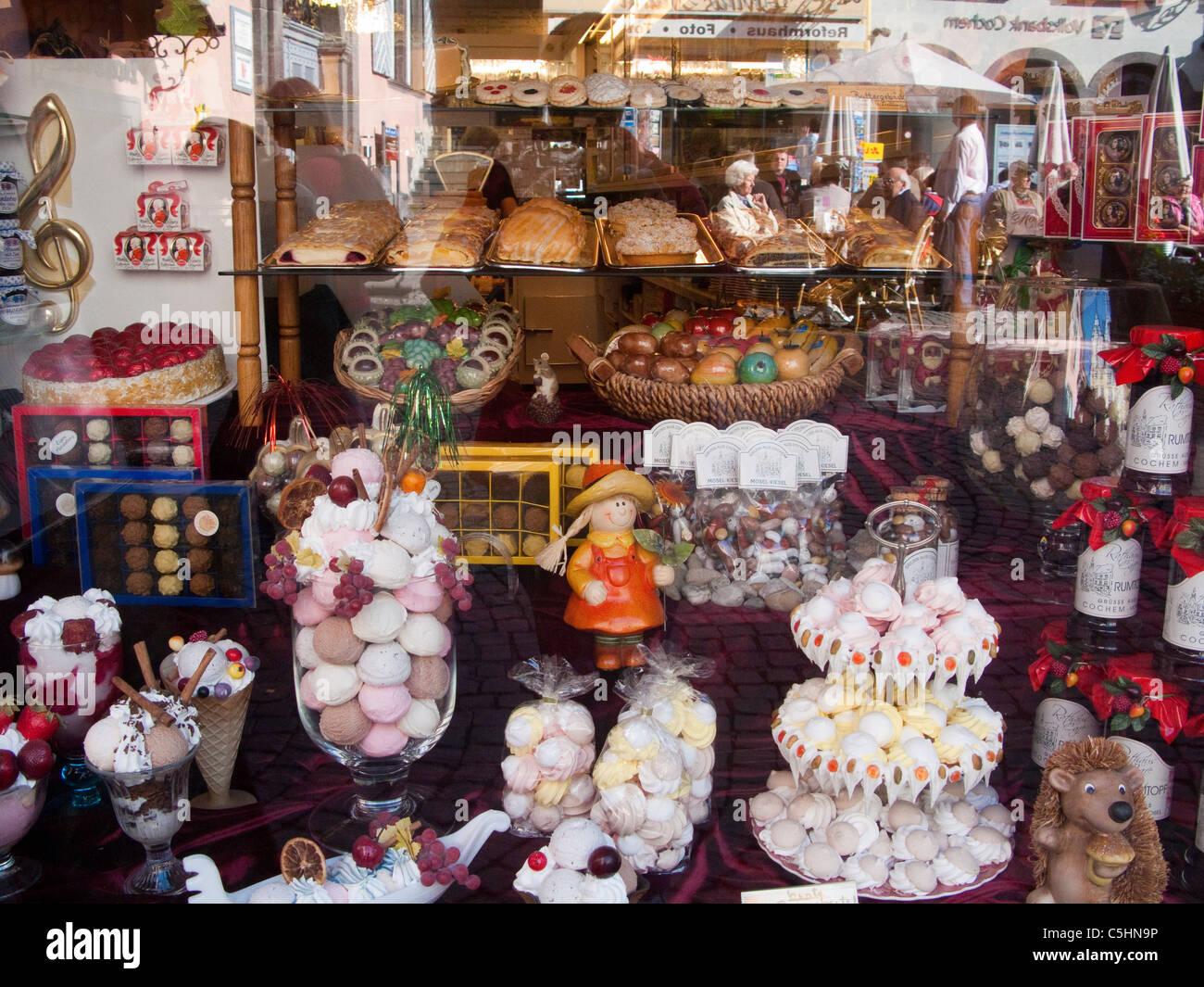 Schaufensterauslage Einer Konditorei, Historischen Stadtkern, Cochem, Mosel, Süßwaren in einem Schaufenster, Stockbild