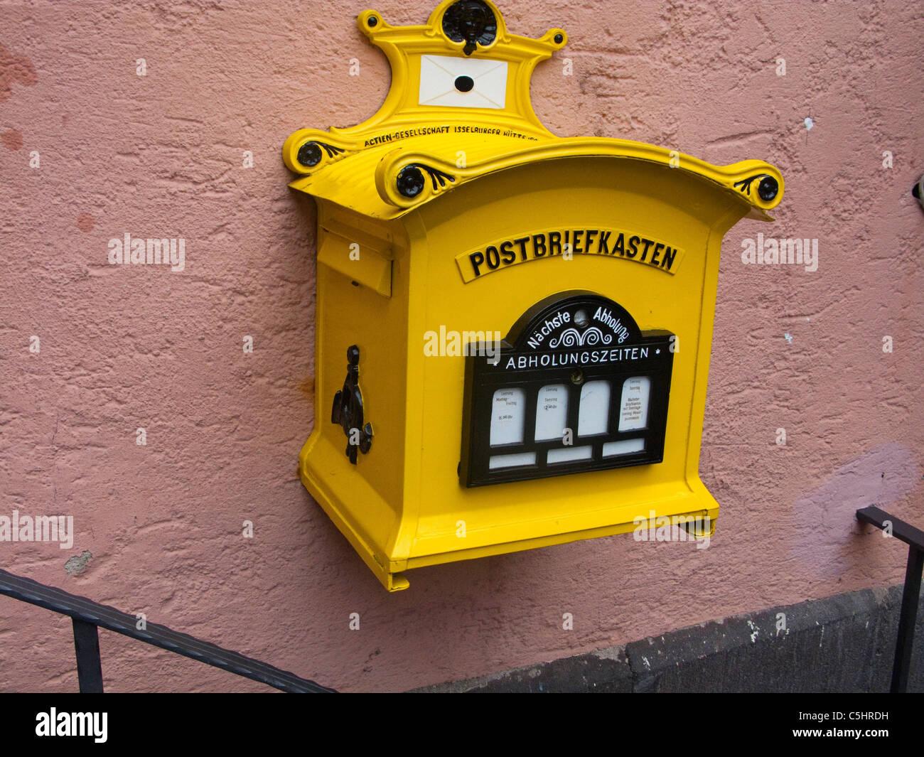 Historischer Postbriefkasten bin Rathaus Auf Dem Marktplatz, Historischer Stadtkern, Cochem, alte historische Briefkasten, Stockbild