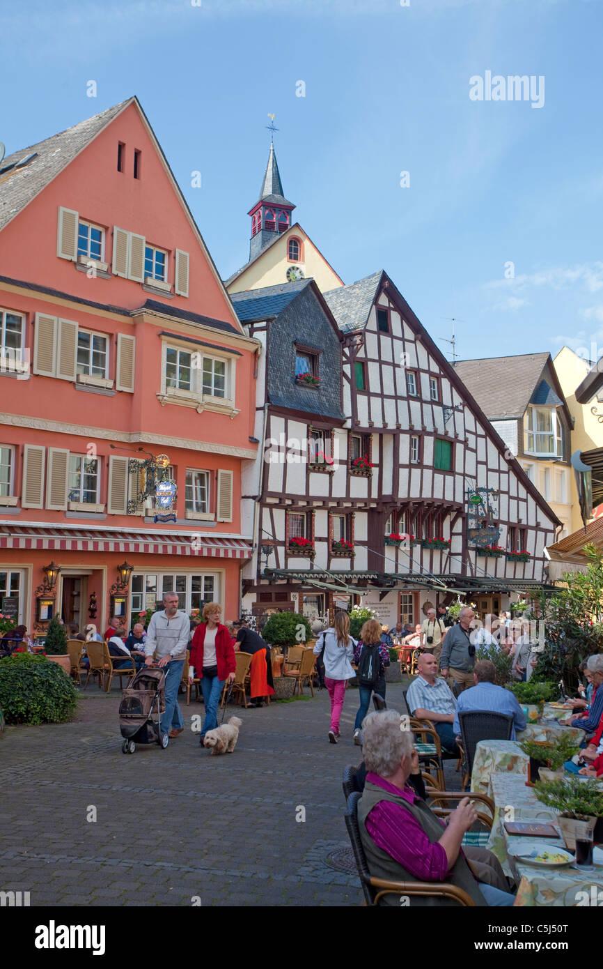 Strassencafes Vor Historischen Haeusern Im Zentrum von Bernkastel-Kues, Cafe, historische Häuser im Zentrum Stockbild