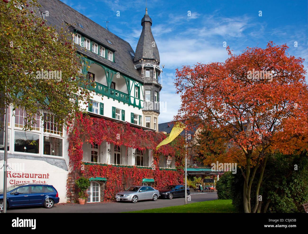 Herbstsstimmung bin Moselufer, Hotel Bellevue, Traben-Trarbach, Mosel, Herbst Farben, Hotel Bellevue am Ufer des Stockbild