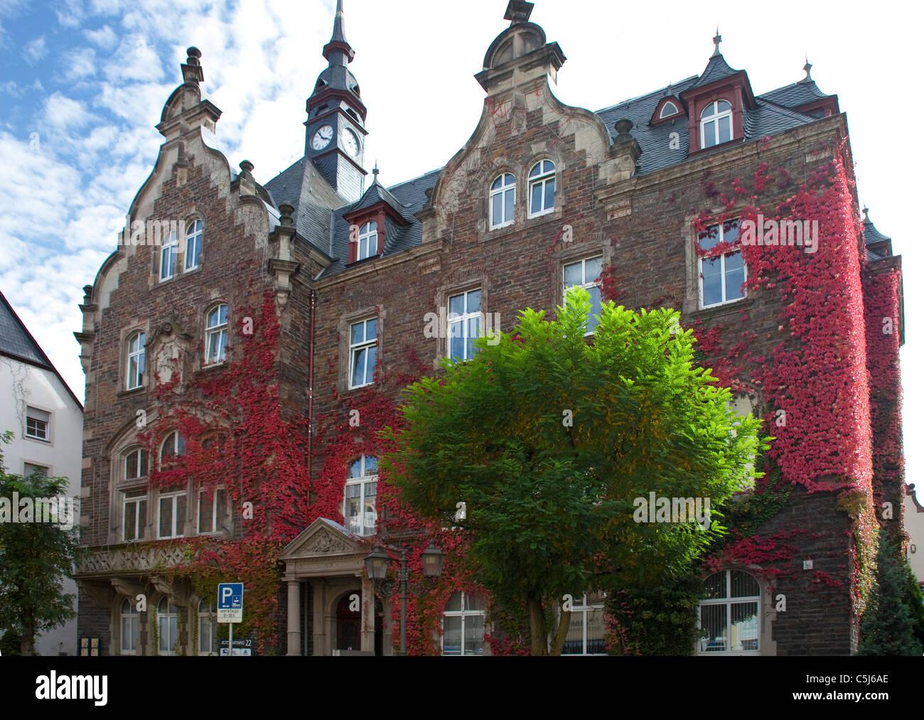 Rathaus in Herbstfarben, Massivbau von Ferdinand Nebel, Klassizismus, Mosel, Rathaus, geplant, Dächer, Herbstfärbung, Stockbild