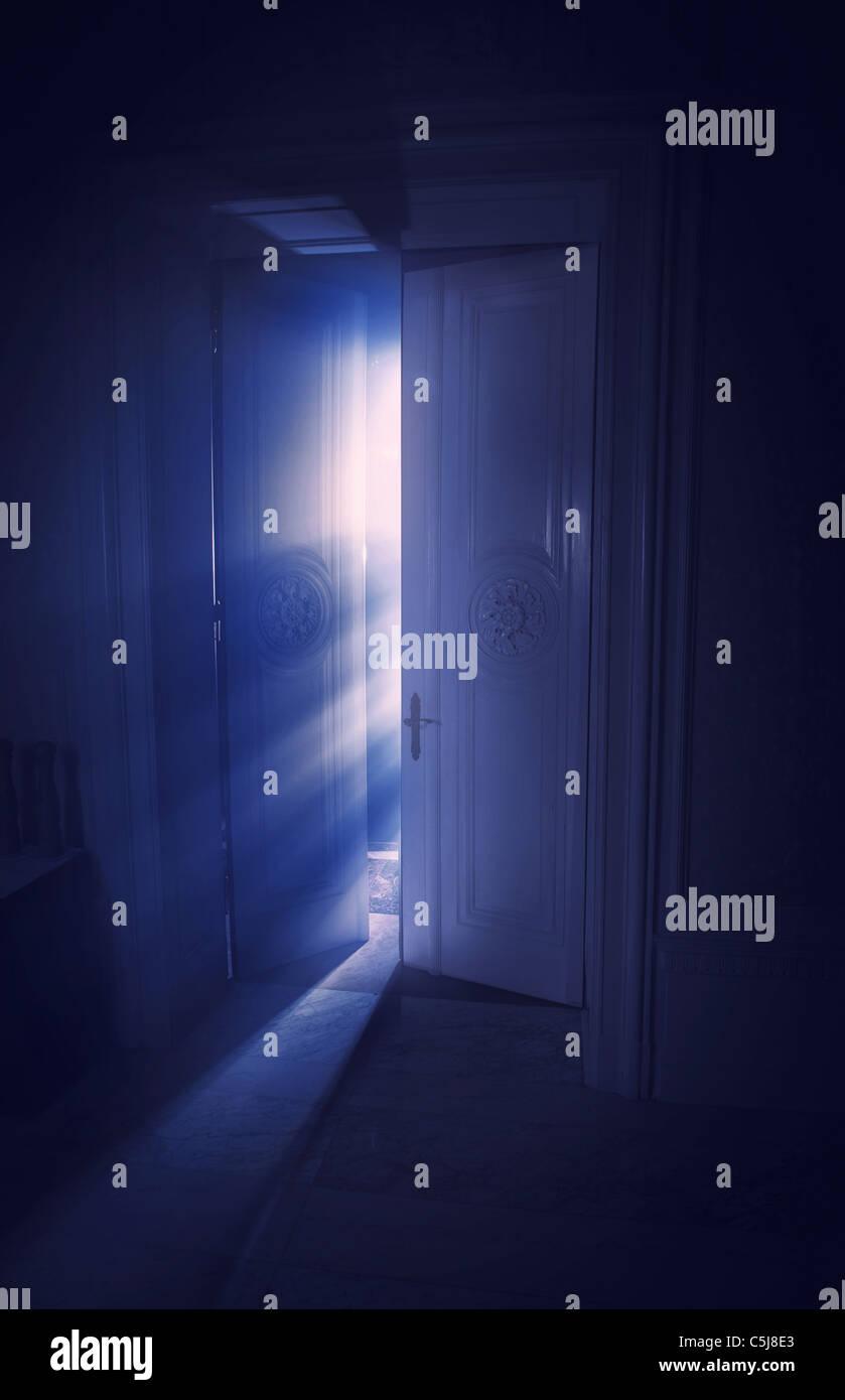 Blaue Strahlen des Lichts hinter der Tür Stockbild