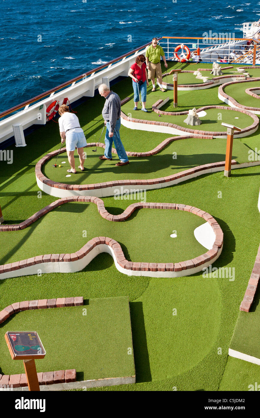 Kreuzfahrt Passagiere Spielen Minigolf Auf Dem Deck Des