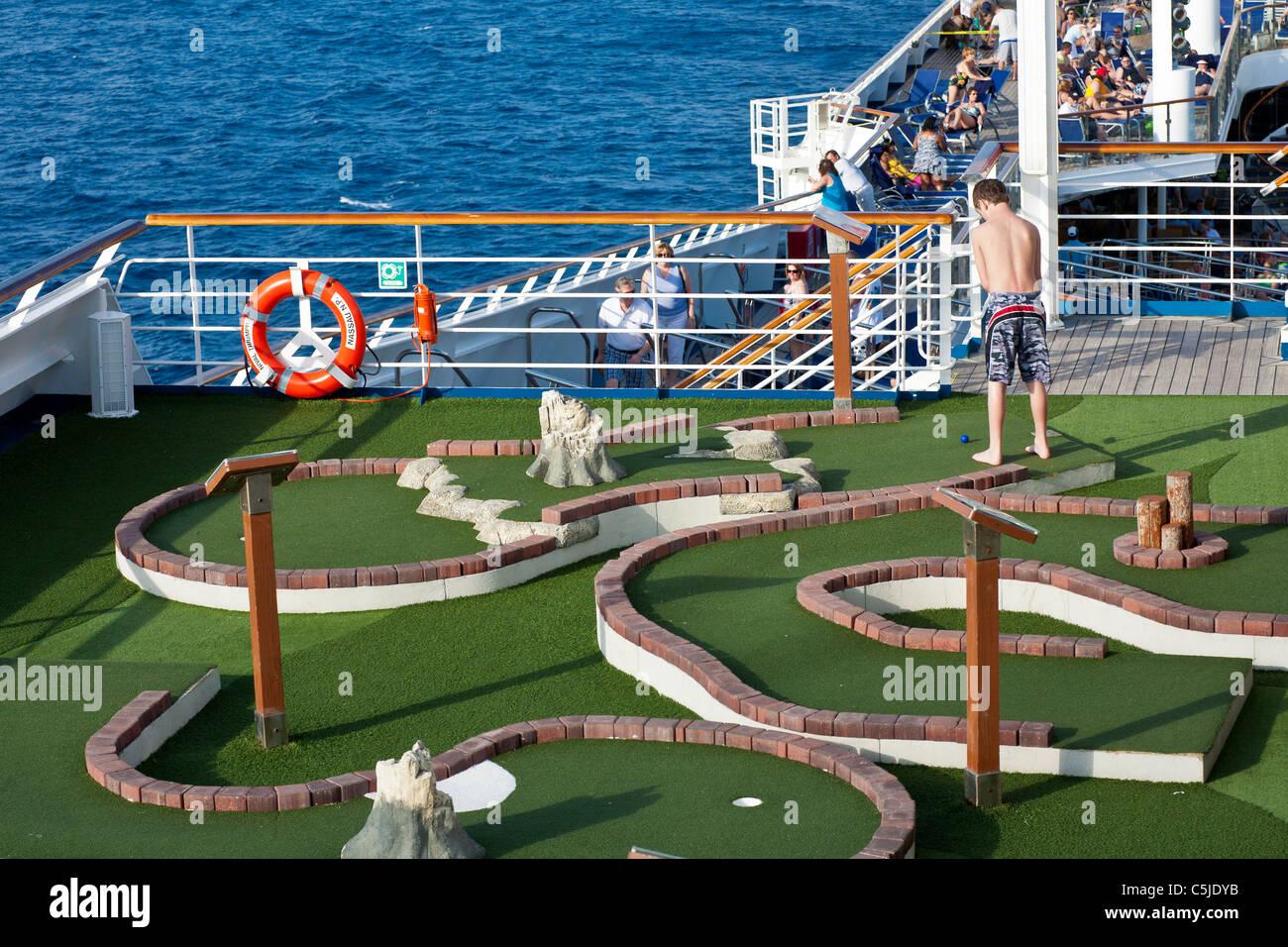 Kleiner Junge Spielt Minigolf Sport Deck Des Kreuzfahrtschiffes