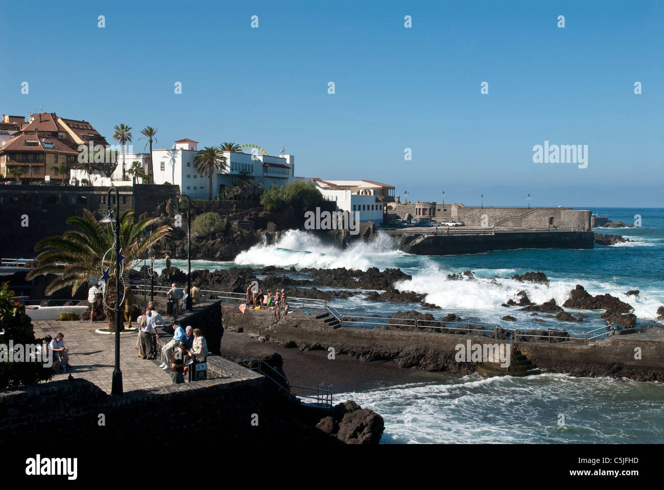 Die Promenade Gegend und Meer Ufer mit brechenden Wellen. Puerto De La Cruz, Teneriffa, Spanien Stockfoto