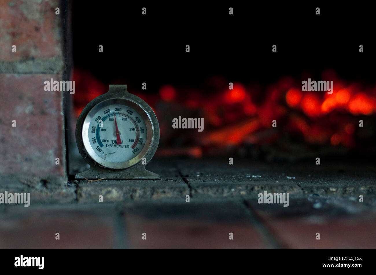 Glowing embers stockfotos glowing embers bilder alamy - Thermometer zum kochen ...