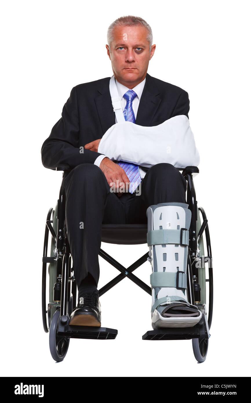 Foto von einem verletzten Geschäftsmann sitzt in einem Rollstuhl, isoliert auf einem weißen Hintergrund. Stockbild