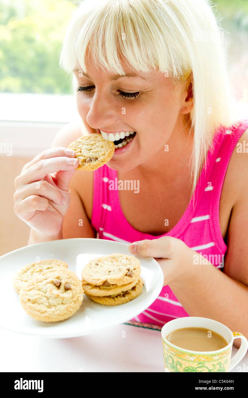 Frau essen Kekse Stockbild