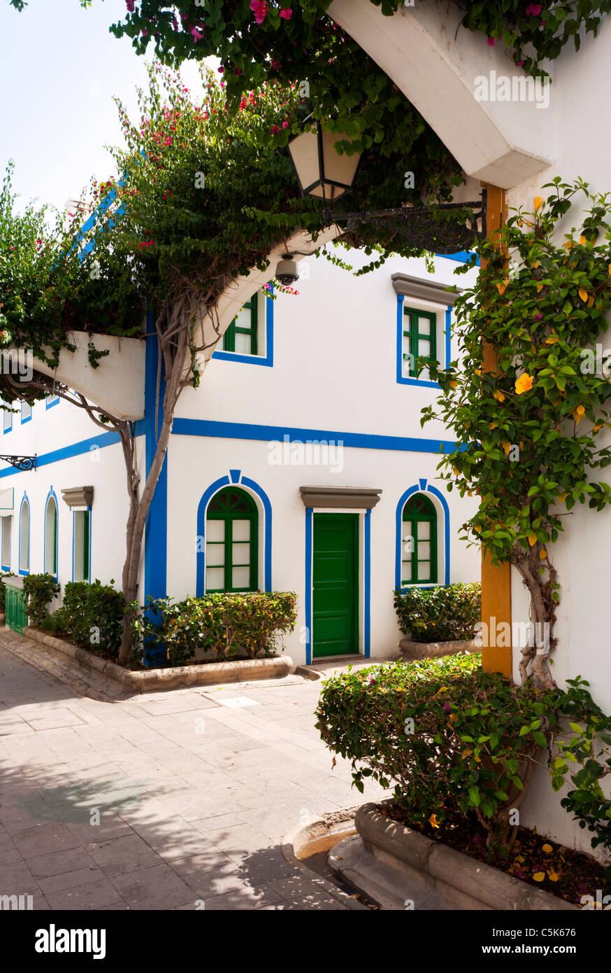 typische Straße Ecke am Puerto de Mogán, Gran Canaria mit bunten Häusern und bepflanzte Bögen Stockbild