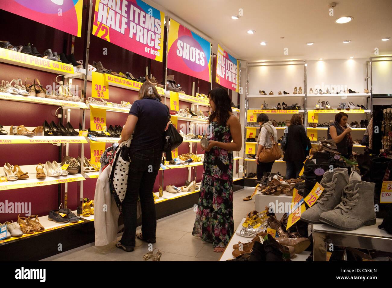Shoes Sale In Shoe Shop Stockfotos und bilder Kaufen Alamy