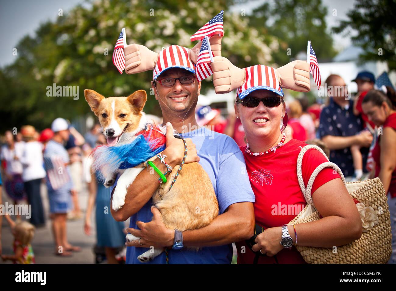 Ein Ehepaar und Hund gekleidet in patriotischen Tracht in der I'On Gemeinschaft 4. Juli Parade. Stockfoto