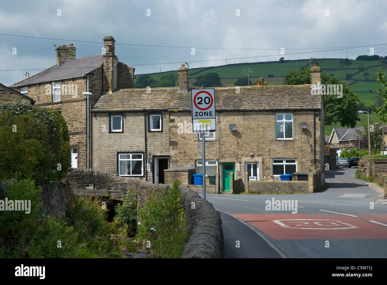 20 km/h Höchstgeschwindigkeit, im Dorf Cononley, North Yorkshire, England UK Stockfoto