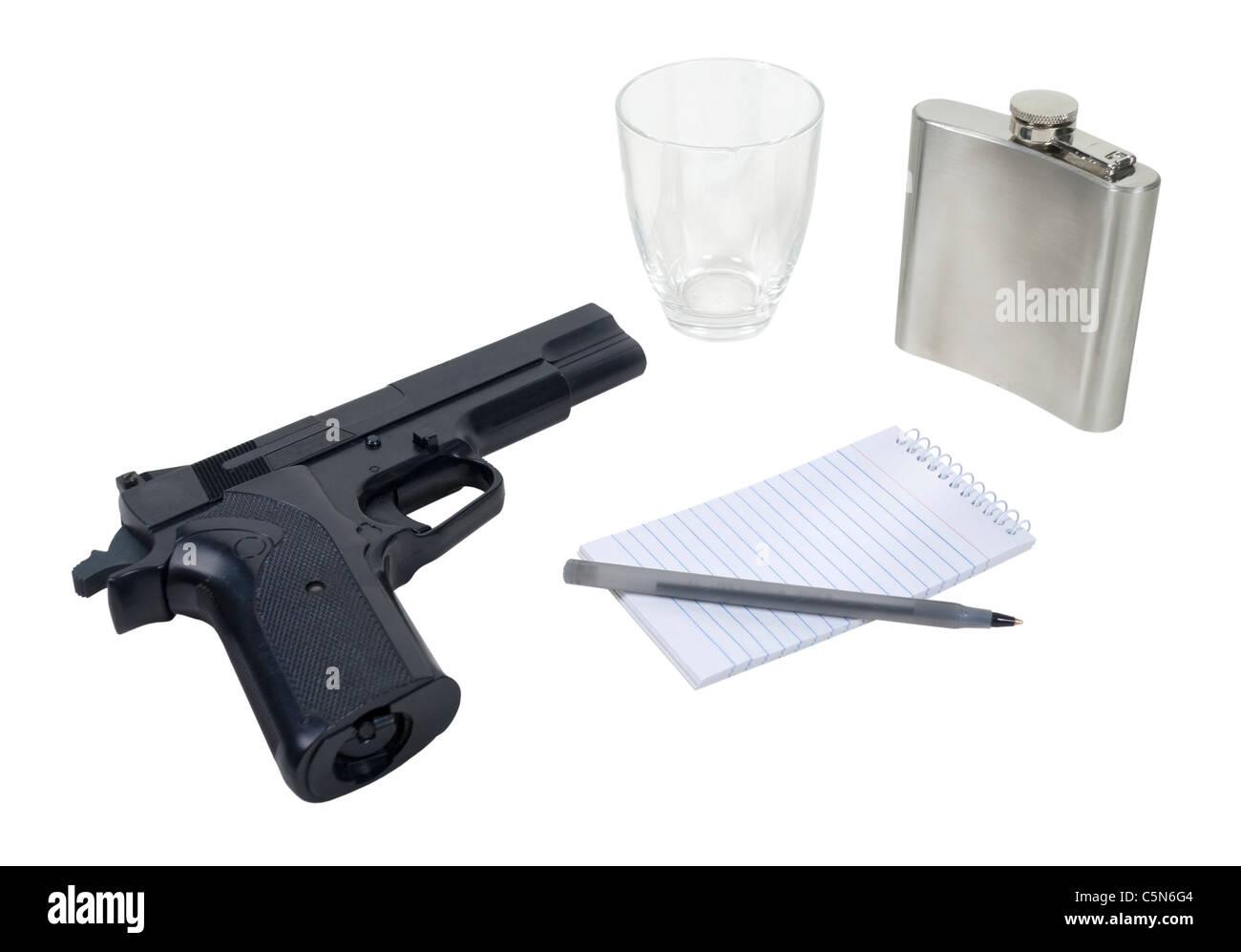 Schwarze Hand Pistole, silberne Flasche mit einem kleinen Glas und einen kleinen Notizblock - Pfad enthalten Stockbild
