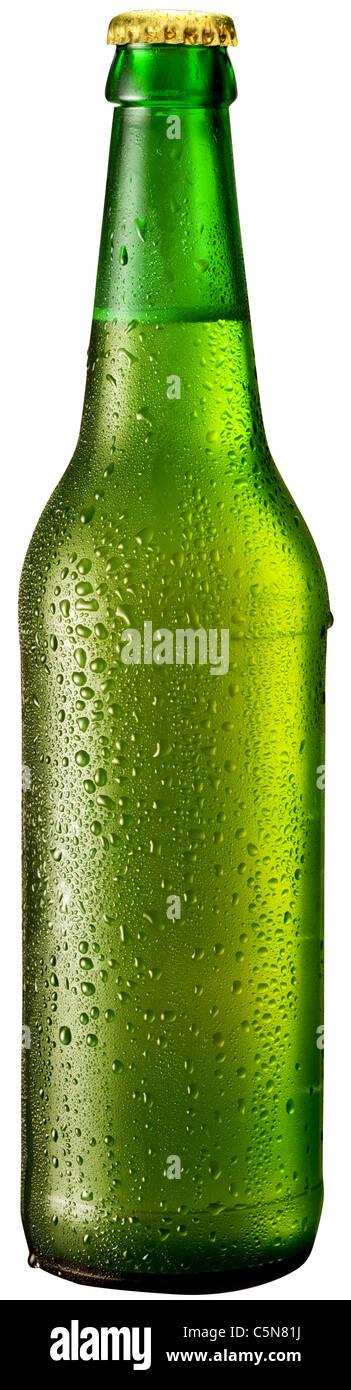 Eine Flasche Bier mit Tropfen auf weißem Hintergrund. Die Datei enthält einen Pfad zu schneiden. Stockbild