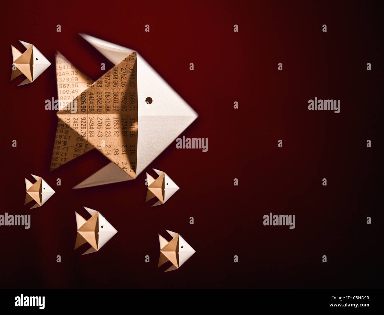 Origami Fisch aus finanziellen Papier gefertigt Stockbild