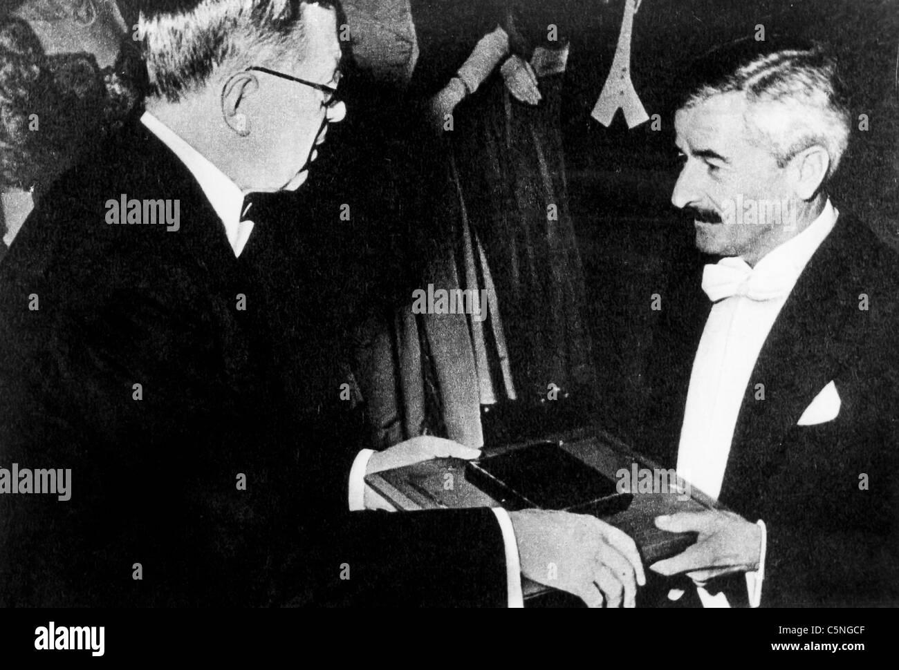 William Faulkner erhält den Nobelpreis von König Gustav von Schweden, 1949 Stockbild