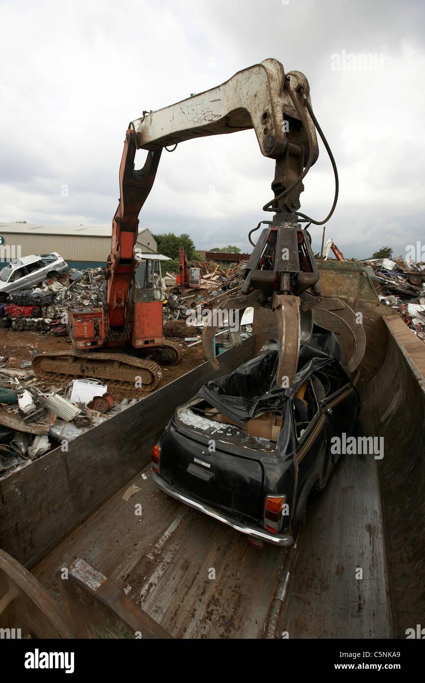 kran heben auto in brecher f r schrott metall recycling in einem schrottplatz uk stockfoto. Black Bedroom Furniture Sets. Home Design Ideas