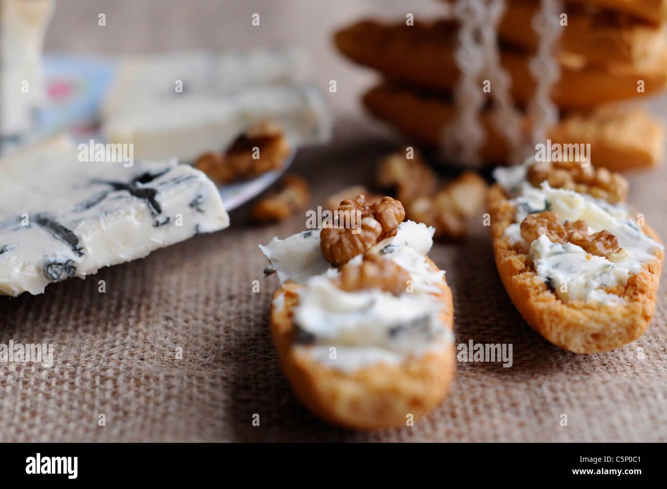 Schwedische Toast mit Gorgonzolakäse und Nüssen Stockbild
