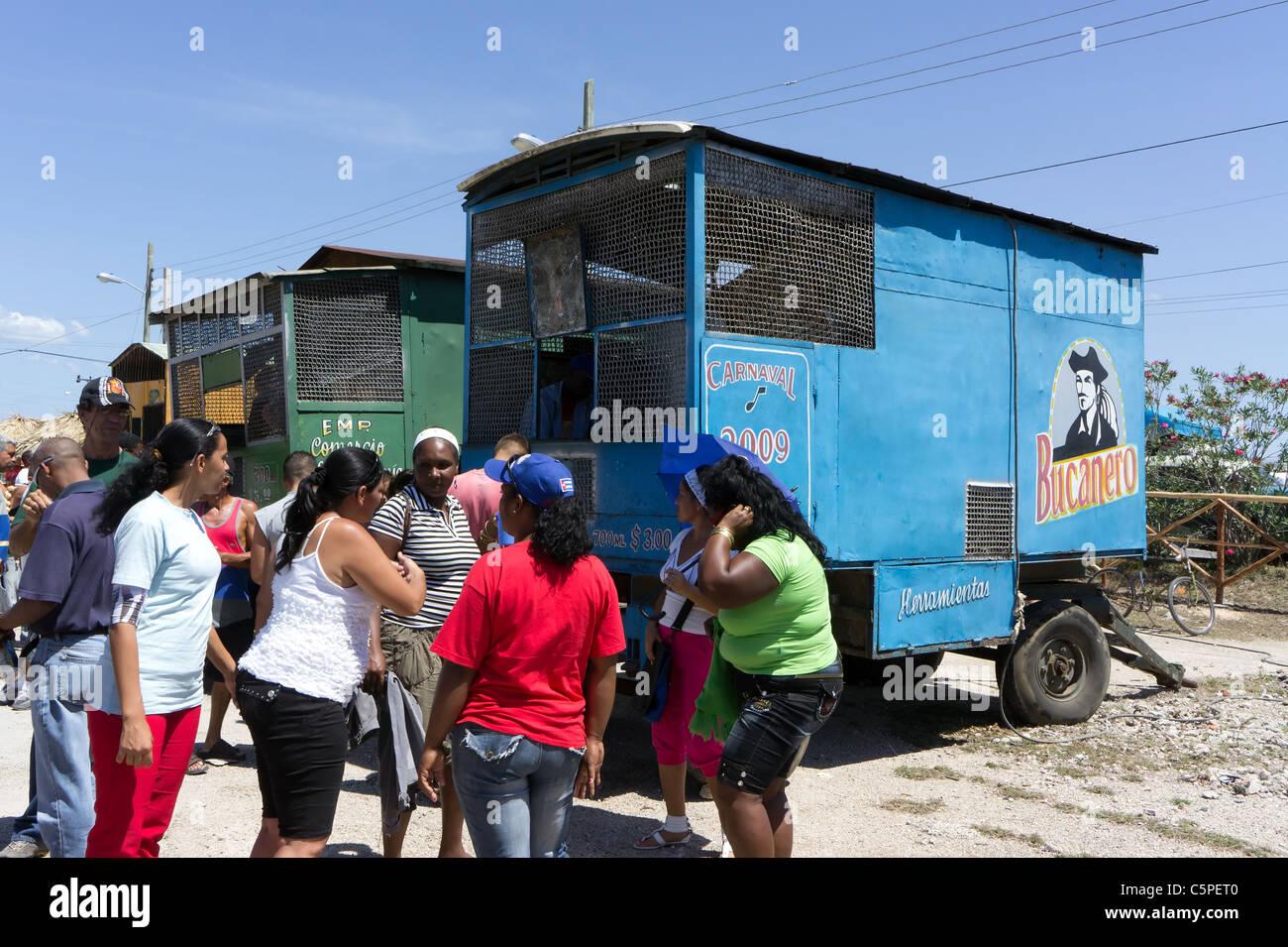 Kubaner Salsa tanzen in der Nähe von einem Bierwagen während alle Tag Fiesta zum 50. Jahrestag der Schweinebucht Stockbild