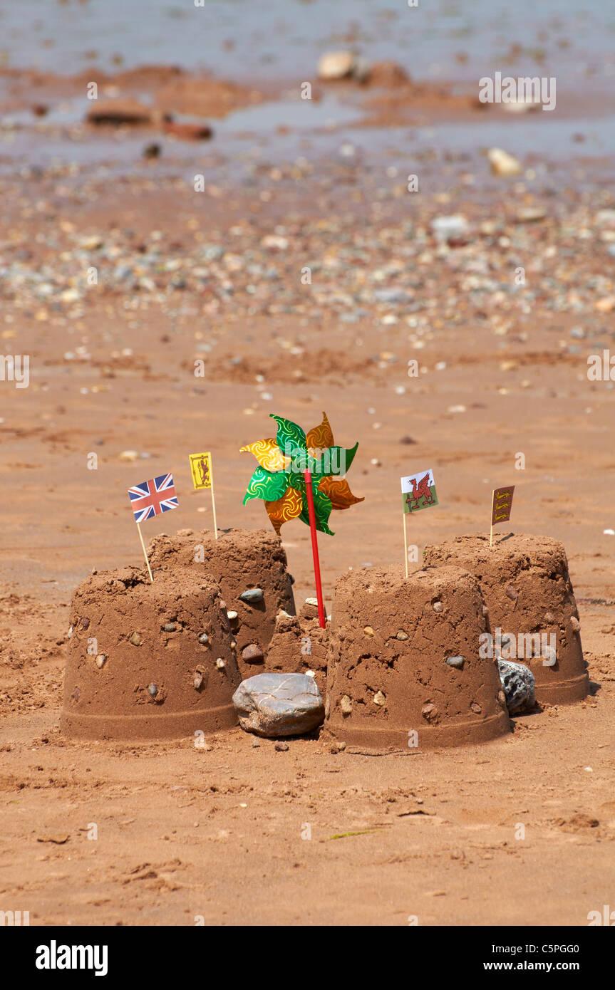 Sandburgen bauen auf einem sandigen Strand in Devon, England. Stockbild