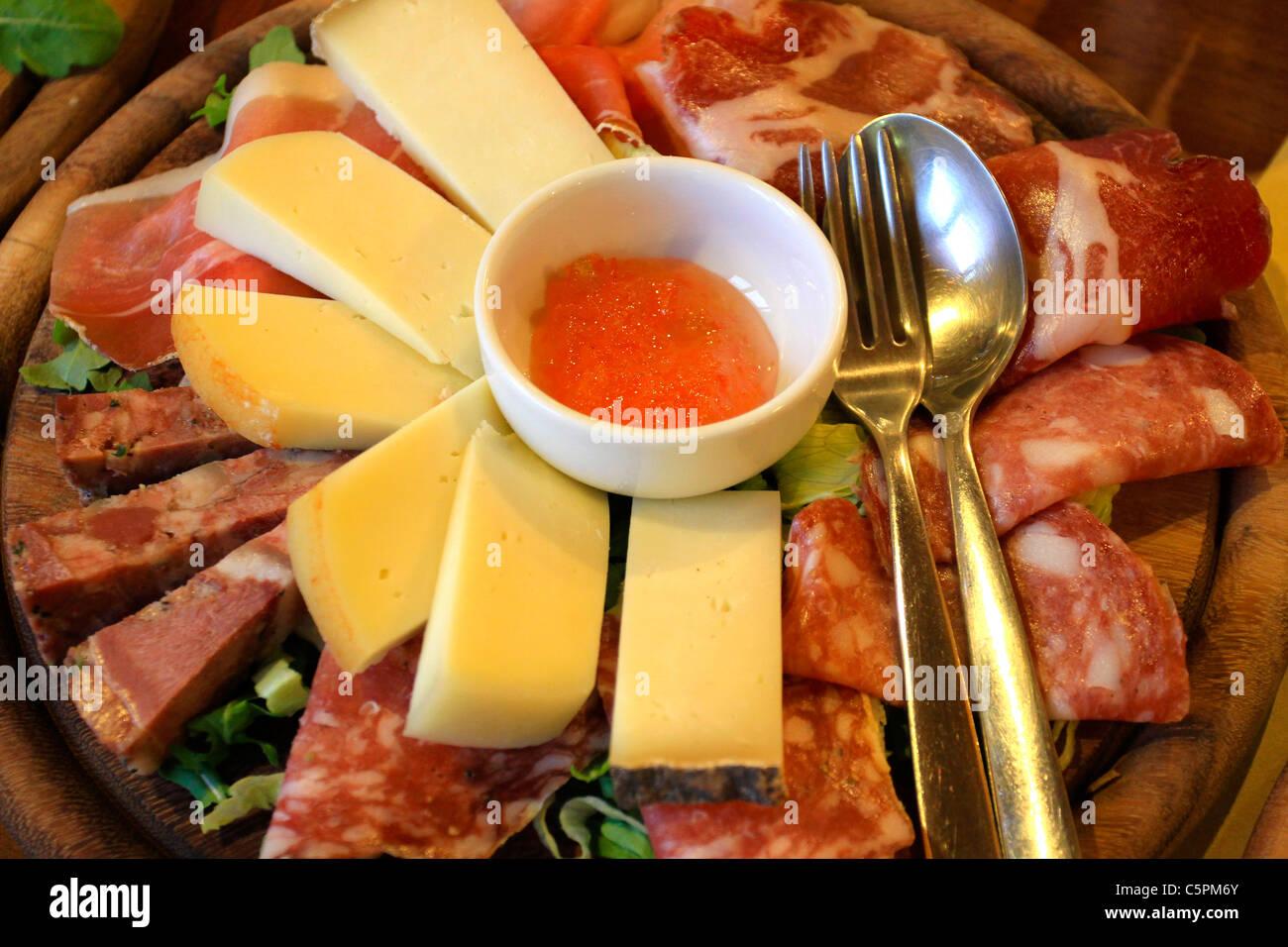 Lebensmittel, Fleisch und Käse aus der Toskana, toskanische Spezialitäten Stockbild