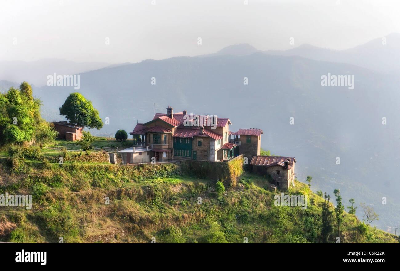alten welt haus im himalaya auf einer klippe gebaut. Black Bedroom Furniture Sets. Home Design Ideas