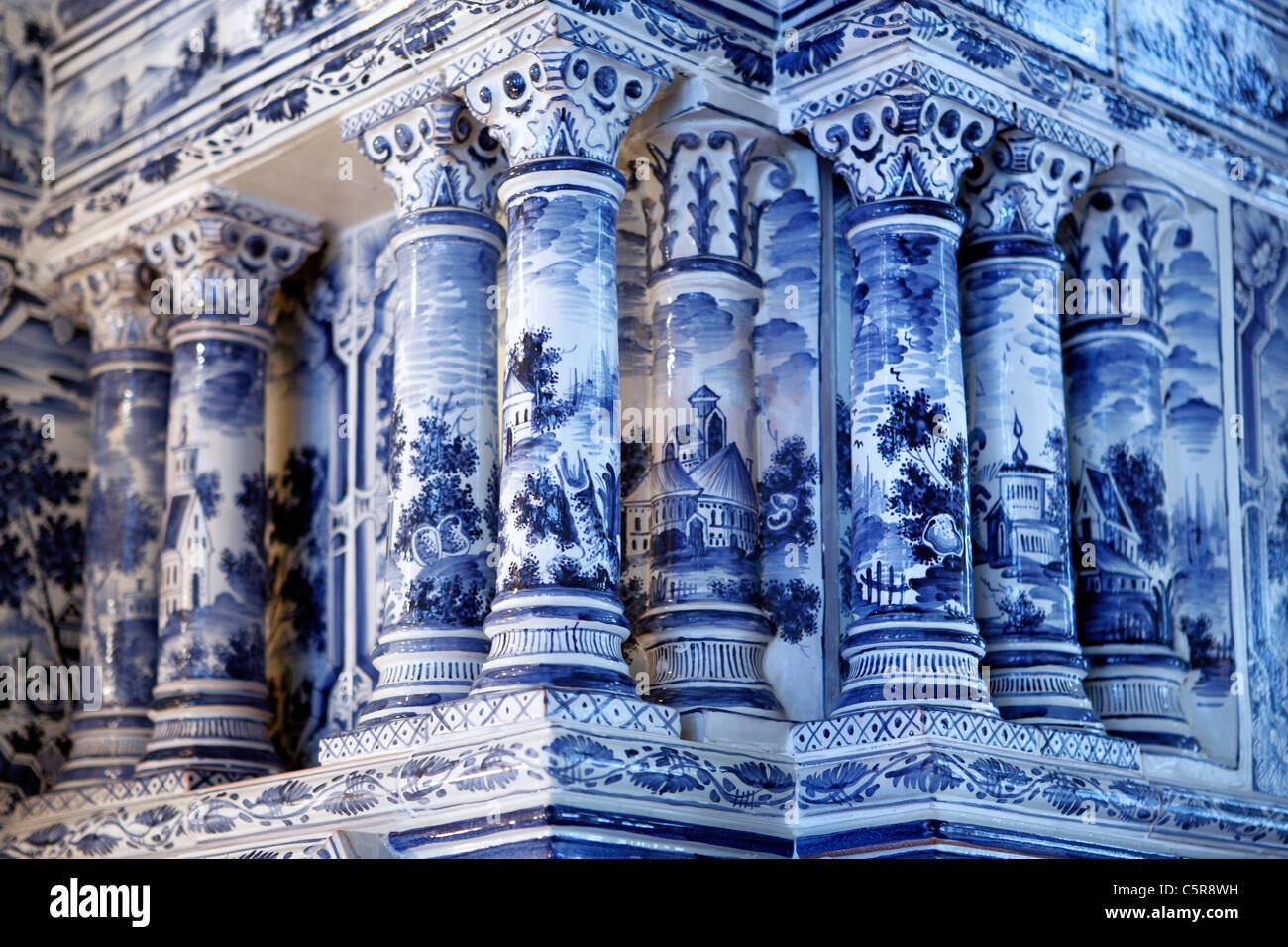 ceramic tiled stove stockfotos ceramic tiled stove bilder alamy. Black Bedroom Furniture Sets. Home Design Ideas