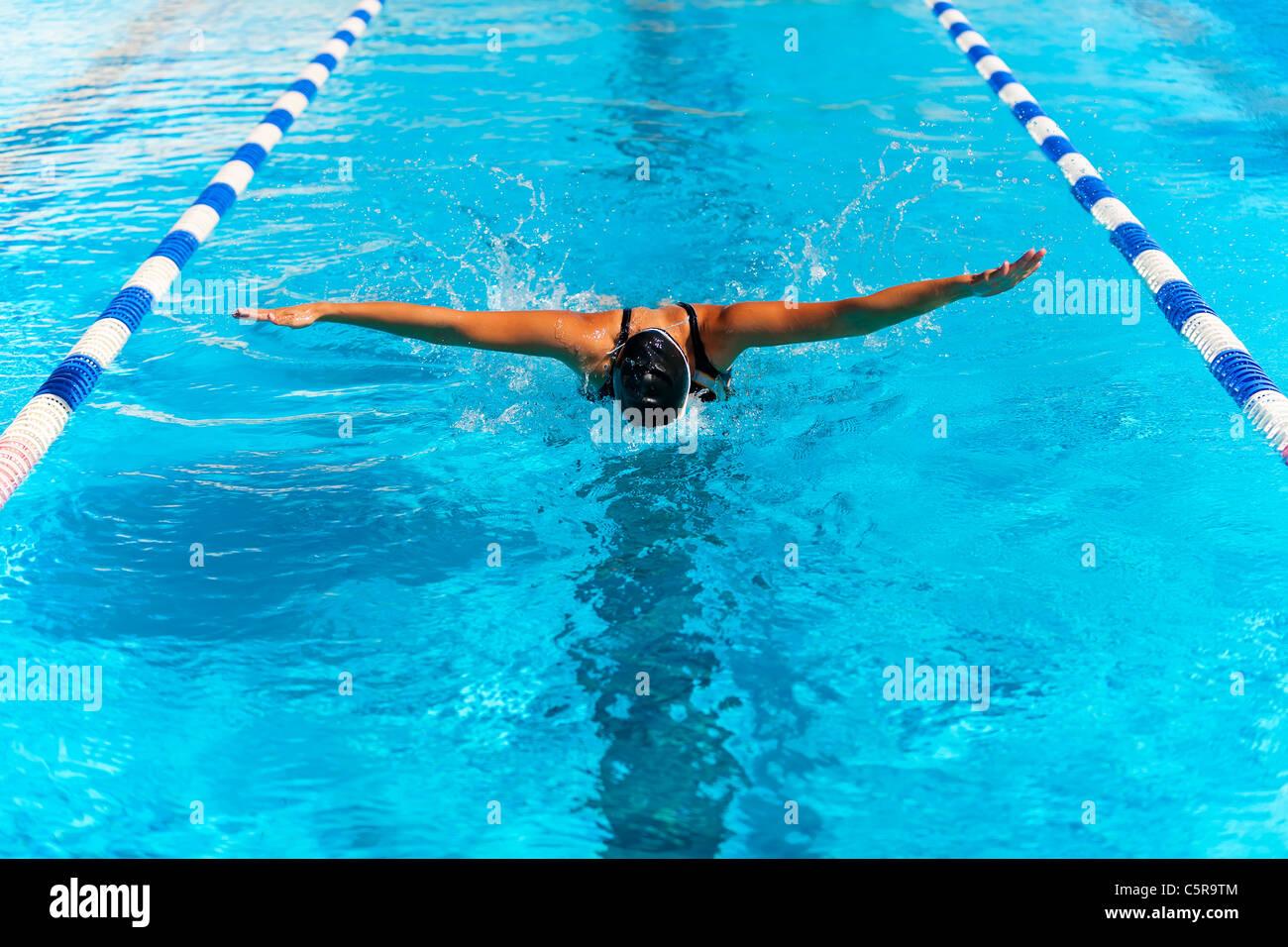 Ein Schwimmer ist den Schmetterling. Stockbild