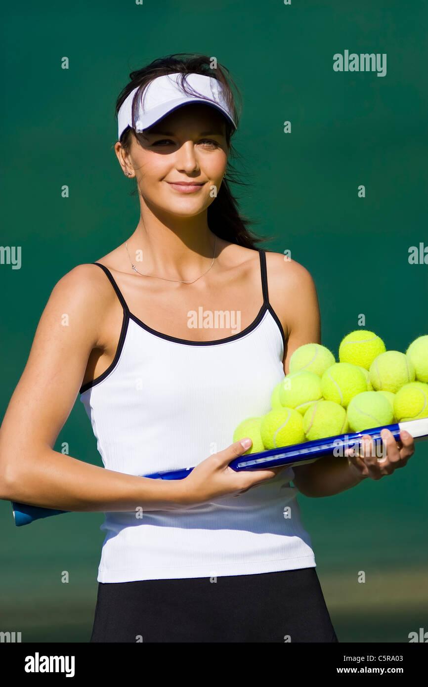 Ein Tennis-Trainer-Porträt mit Raquet und Kugeln. Stockbild