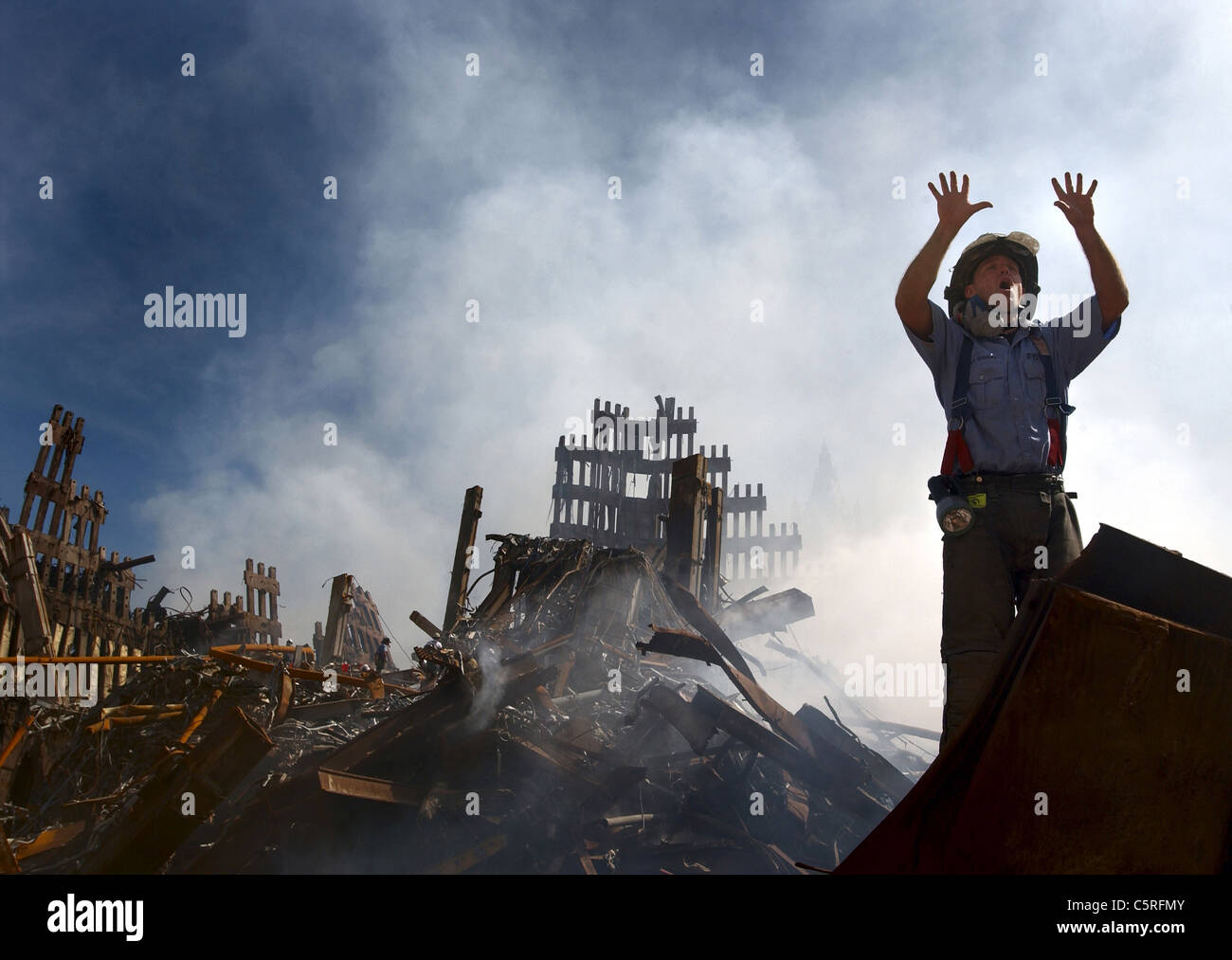 Ein New Yorker Feuerwehrmann fordert 10 mehr Arbeitnehmer ihren Weg in den Trümmern des World Trade Centers Stockbild
