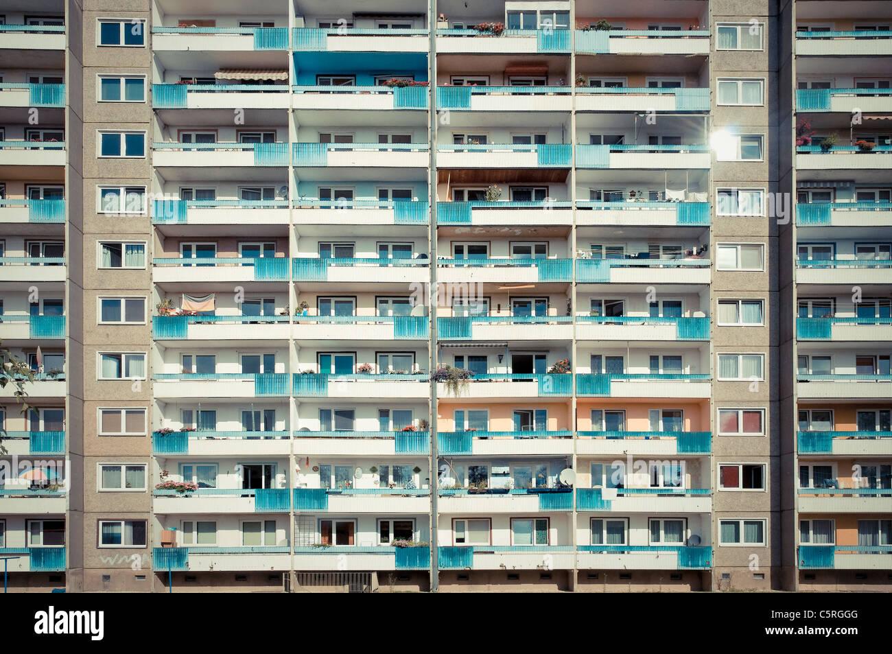 Fertighaus Wohnhaus im Retro-Stil der 70er und 80er Jahren, wohnen, Immobilien, sozialer Wohnungsbau, Symmetrie, Stockbild