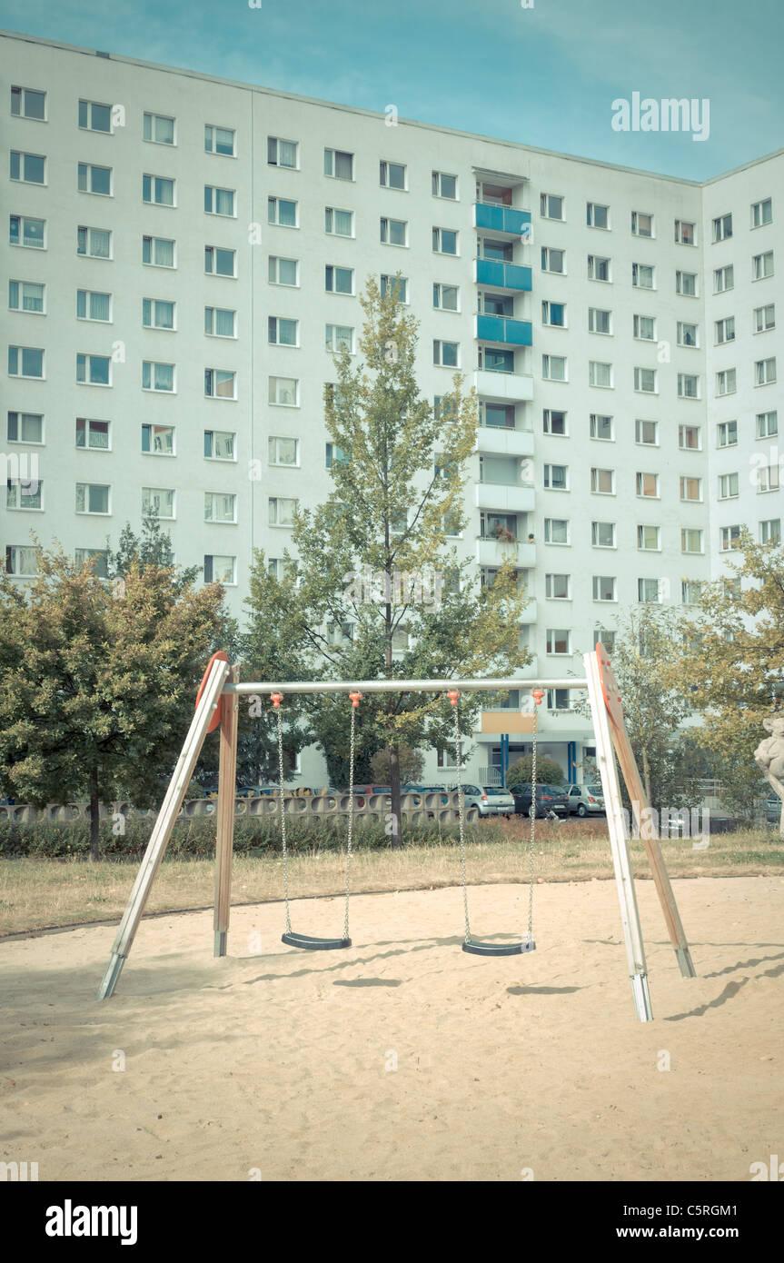 Leeren Spielplatz, Plattenbau, vorgefertigte Betonbauten, sozialer Wohnungsbau, Wohnsiedlung, Jena, Thüringen, Stockbild