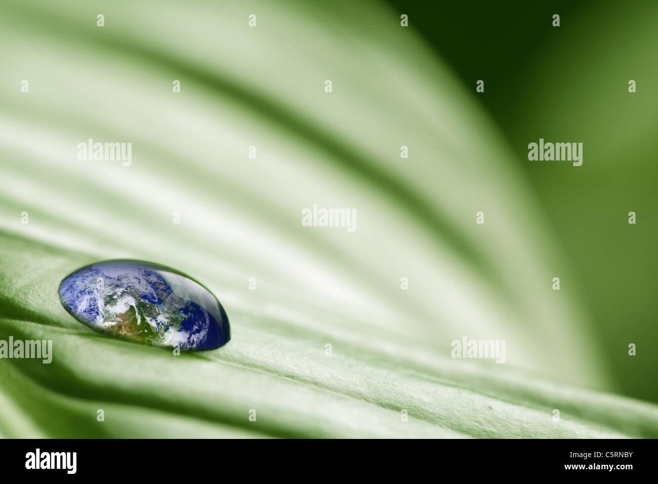 Planetenerde in Wassertropfen Stockbild