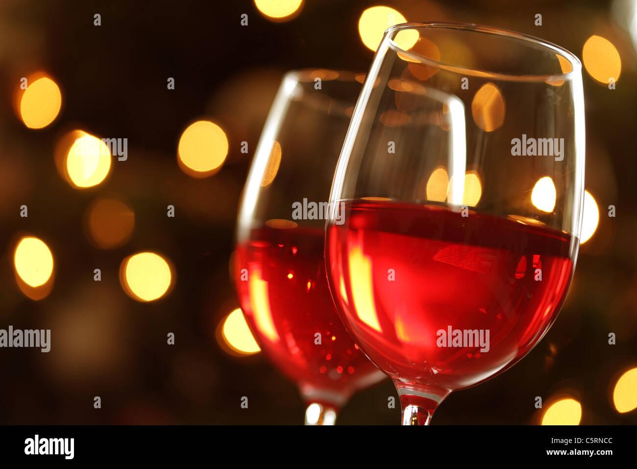 Glas Rotwein gegen defokussierten Lichter Stockbild
