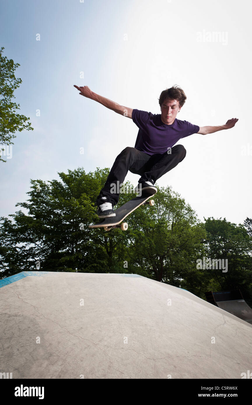 Deutschland, NRW, Düsseldorf, Mann im öffentlichen Skatepark skateboarding Stockbild