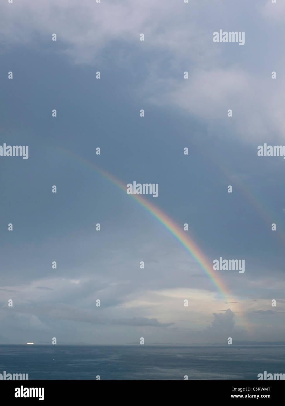 Süditalien, Amalfi-Küste, Piano di Sorrento, Blick auf schönen Regenbogen im Meer in der Morgendämmerung Stockbild