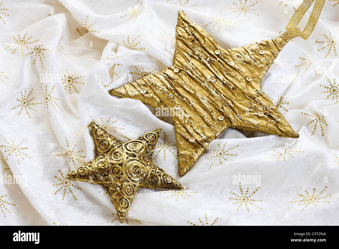 Weihnachts Dekoration, goldene Sterne auf Tischdecke Stockbild