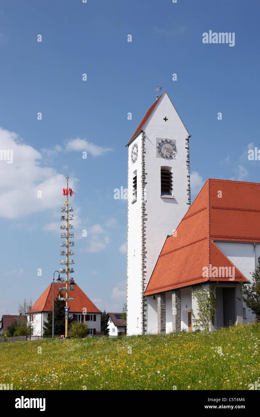 Deutschland, Bayern, Swabia, Allgäu, Günzach, Blick auf Maibaum mit Kirche Stockbild