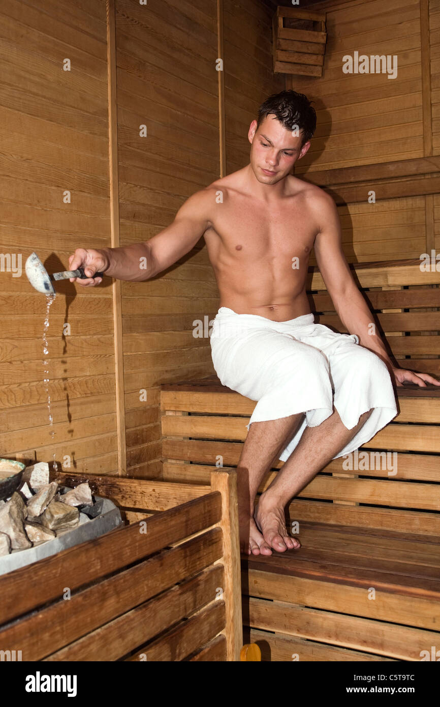 t rkei junger mann in der sauna gie en von wasser auf den steinen stockfoto bild 38028604 alamy. Black Bedroom Furniture Sets. Home Design Ideas