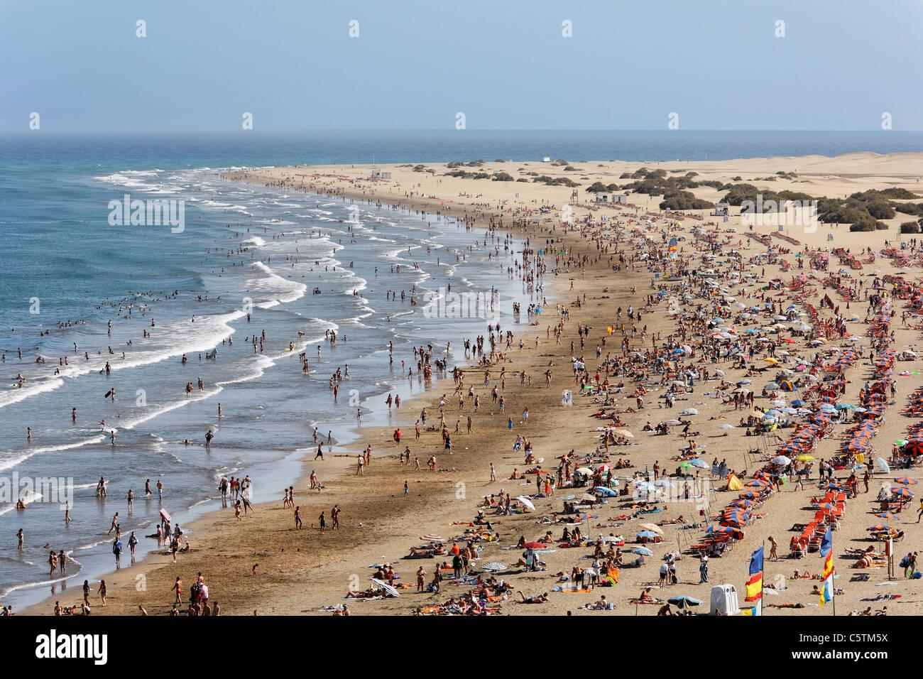 Spanien, Gran Canaria, Costa Canaria, Playa del Ingles, Touristen am Strand Stockbild