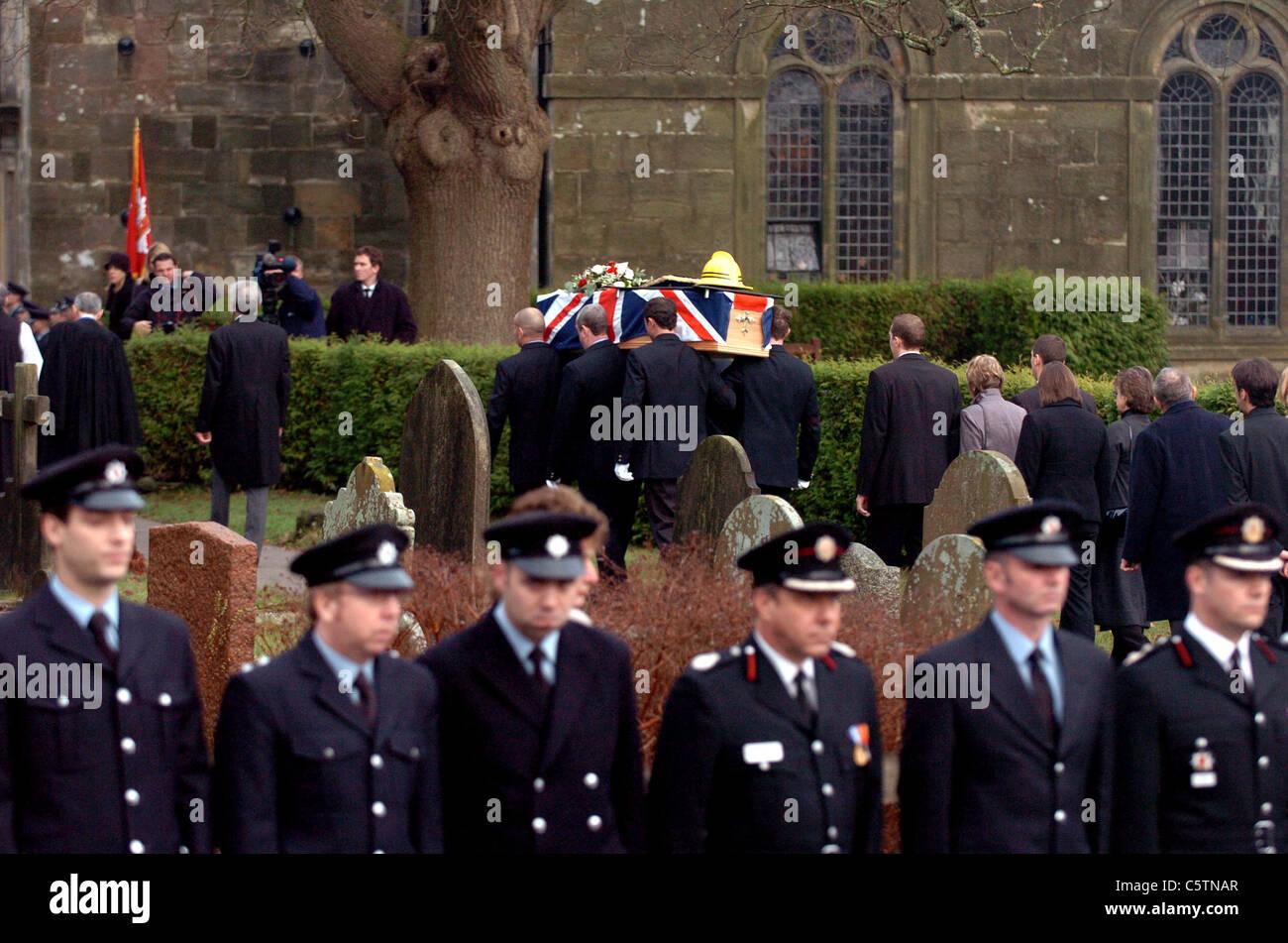 Tränen für einen Kollegen, Feuerwehr-Mitglieder zeigen ihre Gefühle bei der Beerdigung von Feuerwehrmann Stockbild