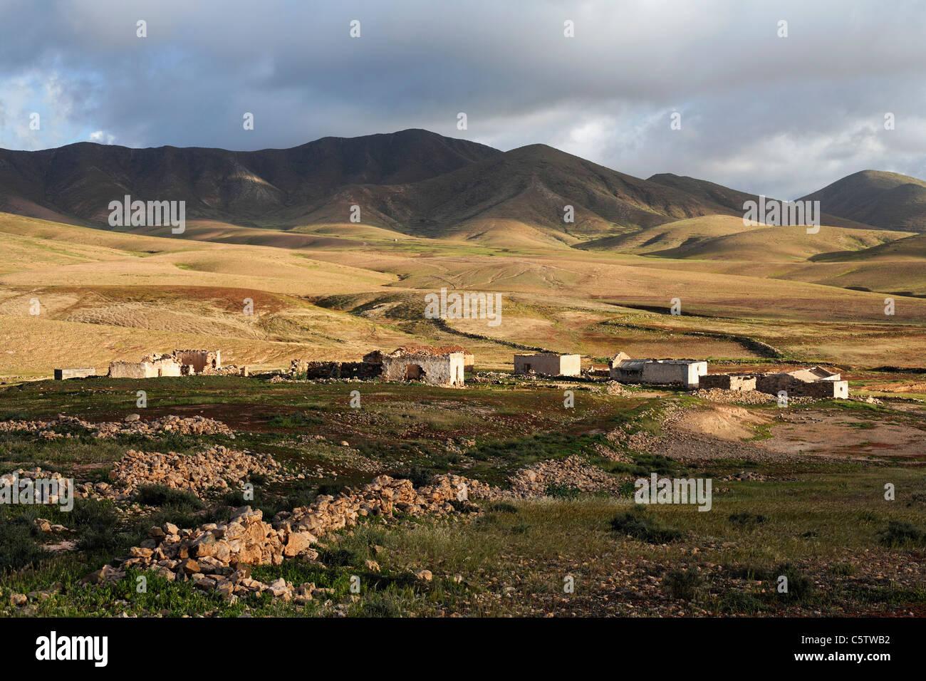 Spanien, Kanarische Inseln, Fuerteventura, Landschaft mit Ruinen in der Nähe von tuineje Stockbild