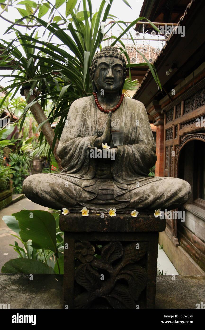 Buddha Statue Mit Glas Im Garten In Bali Indonesien Stockfoto Bild