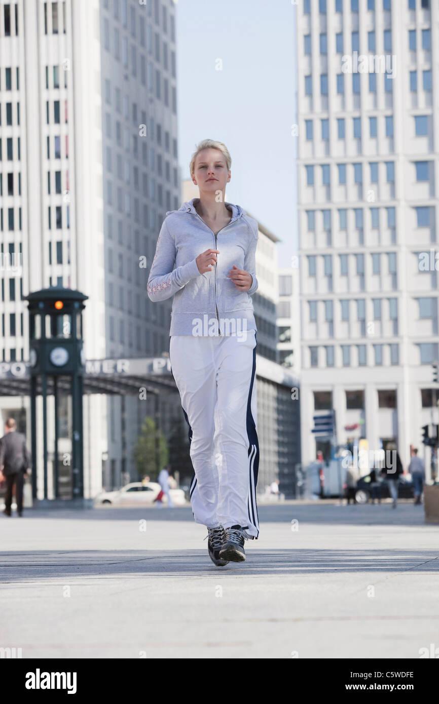 Deutschland, Berlin, junge Frau in Stadt Joggen Stockbild