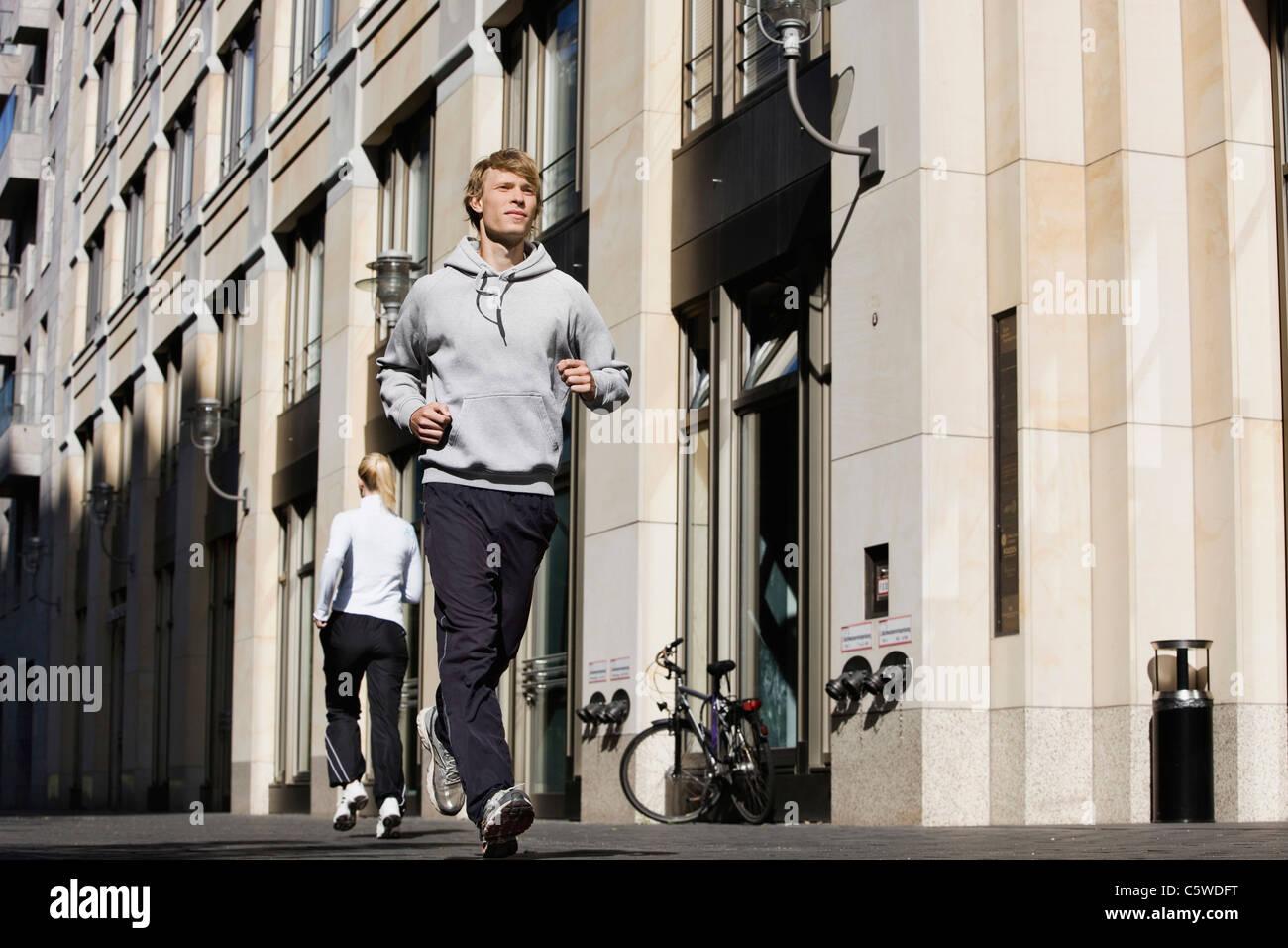 Deutschland, Berlin, Jogger in der Stadt Stockbild