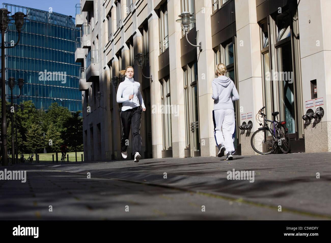Deutschland, Berlin, zwei Frauen Joggen in der Stadt Stockbild
